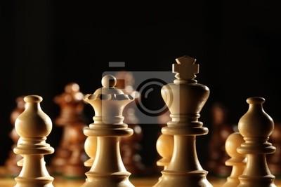 Widok z tyłu białe pionki na szachownicy
