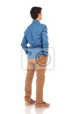Naklejka Widok z tyłu dorywczo człowiek z rękami w kieszeniach