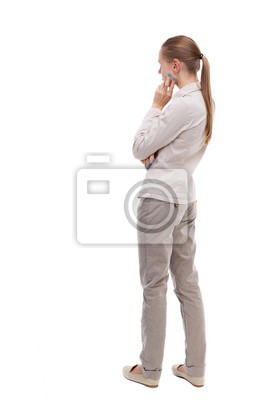 Naklejka widok z tyłu stojącego młodą piękną kobietę. Dziewczynka patrzy. Tylna kolekcja ludzie widok. Widok tył osoby. Dziewczyna z długimi włosami w białym płaszczu stojącego bokiem oparłszy podbródek.
