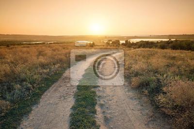 Wiejskie drogi na górze wzgórzu. Piękny krajobraz naturalny