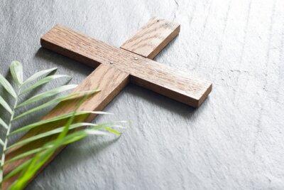 Naklejka Wielkanocny drewniany krzyż na czerń marmuru tła religii Niedziela abstrakcjonistycznym palmowym pojęciu