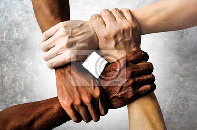 Naklejka wielorasowa grupa z czarnymi afrykańskimi Amerykanami rasy kaukaskiej i azjatyckiej trzymającymi się za nadgarstki w tolerancji jedności miłości i koncepcji antyrasistowskiej