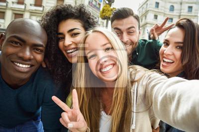 Naklejka Wielorasowe grupy młodych ludzi biorących siebie