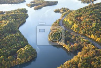Naklejka Wijąca się droga wzdłuż rzeki Mississippi jesienią