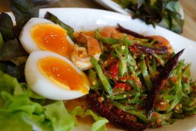 Naklejka Winged bean pikantna sałatka z jajkiem i krewetki