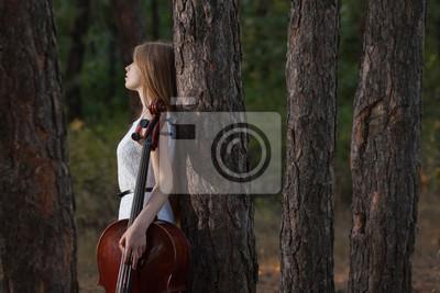 Naklejka Wiolonczelista kobieta w białej sukni z wiolonczelą na zewnątrz