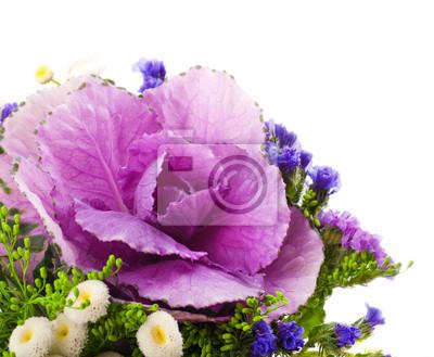 Wiosna dekoracyjne kapusta jest w bukiet, kwiatów w tle