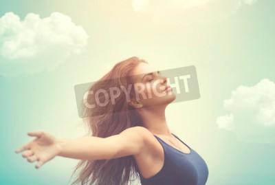Naklejka Wolna szczęśliwa kobieta nad niebem i słońcem