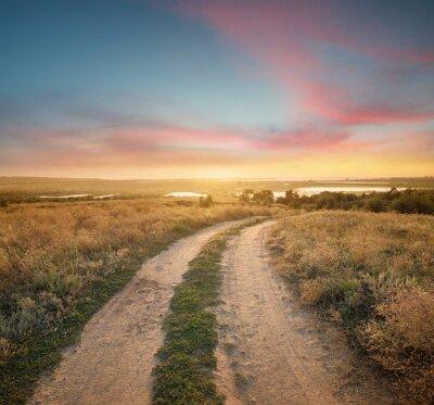 Wsi drogowego na górze wzgórza. Piękne krajobrazy