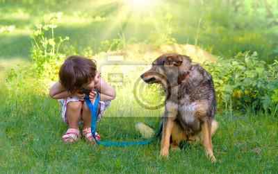Wszystkiego najlepszego z okazji Dziewczynka bawi się z psem