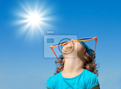 Wszystkiego najlepszego z okazji Dziewczynka z big okulary patrząc w niebo