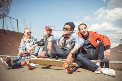 Naklejka Wszystkiego najlepszego z okazji grupa nastolatków powiększonym razem i rozmawiając na skateboard parku