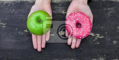 Naklejka Wybór między jabłkiem i pączka