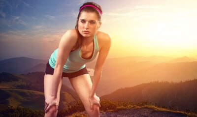 Naklejka Wyczerpana kobieta biegacz na szczycie góry