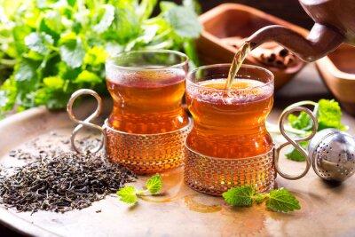 Naklejka wylewanie herbaty do szkła