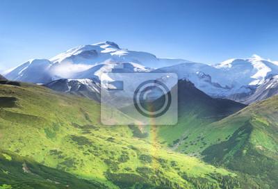 Wysoki grzbiet górski w czasie dnia. Panoramiczny krajobraz w okresie letnim