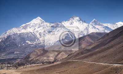 Wysoki pasmo górskie. Piękny krajobraz naturalny