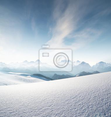 Wysoki pasmo górskie w godzinach porannych. Piękny krajobraz naturalny