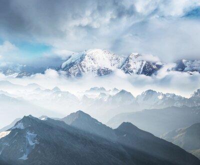 Wysokie góry w czasie porannej. Piękny krajobraz naturalny w okresie zimowym