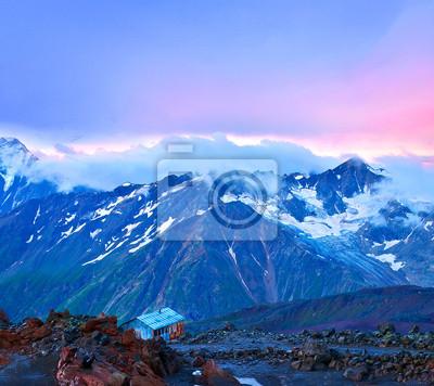 Wysokie góry w czasie wschodu słońca.