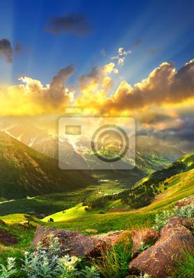Wysokie góry w czasie wschodu słońca