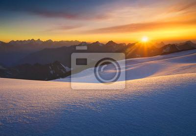 Wysokie góry w czasie wschodu słońca. Piękne krajobrazy