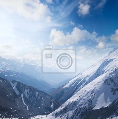 Wysokie góry w dolinie rano czasu. Piękne krajobrazy