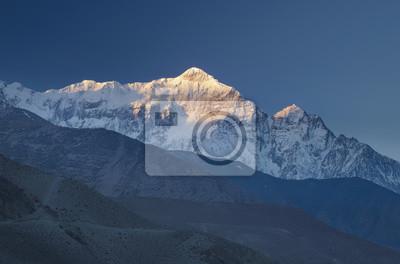 Wysokie pasmo górskie w czasie wschodu słońca. Piękne krajobrazy