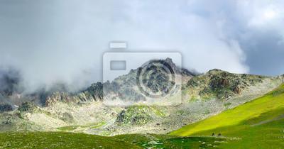 Wysokie skały w dolinie górskiej.