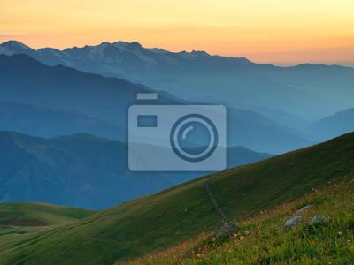 Wzgórza w dolinie górskiej. Naturalny krajobraz