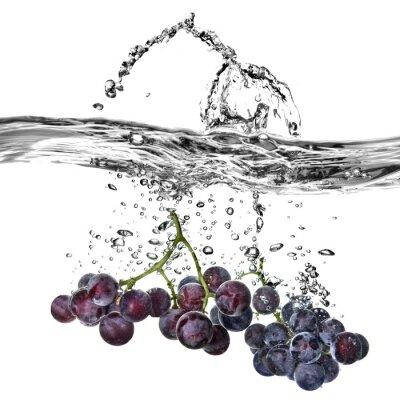 Naklejka blue winogron spadły do wody z powitalny samodzielnie na białym tle
