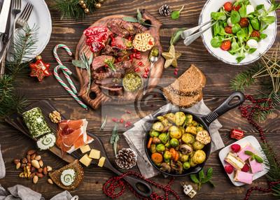 "Naklejka PÅ,askie Å> cieżki z Pysznym Christmas wrażeÅ ""stóÅ, obiad z pieczony mię sa stek, przekĘ ... ski i desery. Widok z góry. Koncepcja wakacje."