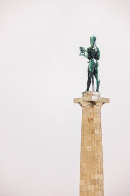 "Pomnik ""Victora"" pod śniegiem"