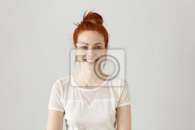 Naklejka WesoÅ,a przepię kna mÅ,oda kobieta ma na sobie jej imbir wÅ,osy w węzeźu uÅ> miecha się szczę Å> liwie podczas otrzymywania pozytywnych wiadomoś ci. Pretty girl ubrani w białą bluzkę spojrzenie na ap