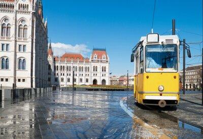 Naklejka Zabytkowy tramwaj przejeżdżający przez Parlament w Budapeszcie na Węgrzech
