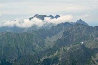 Naklejka Zachmurzenie krajobraz górski. Widok na Rysy na Ladovy i Łomnicę (szczyt) w Wysokich Tatrach na Słowacji.