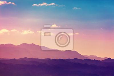 Zachód słońca nad górami. Sylwetka pasmo górskie przeciw niebu przy zmierzchem