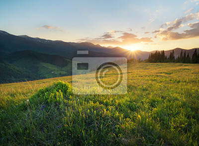 Naklejka Zachód słońca w dolinie górskiej. Piękny krajobraz naturalny w okresie letnim