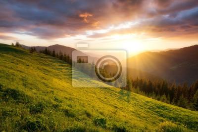 Naklejka Zachód słońca w dolinie górskiej. Piękny naturalny krajobraz w okresie letnim
