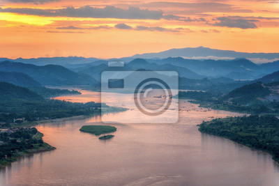 Naklejka Zachód słońca za wzgórzem i widokiem rzeki Mekong w Nong Khai