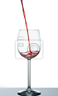 Zacznij wlać czerwone wino do kieliszka