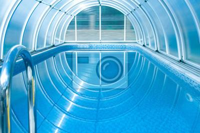 Zadaszony basen letni z niebieskim płytki.
