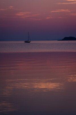 Żaglówka o zachodzie słońca