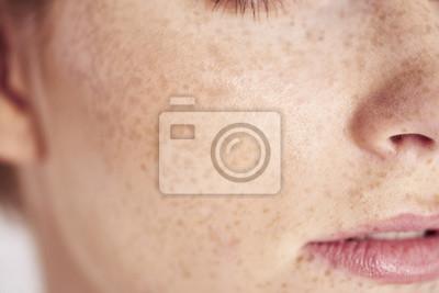 Naklejka Zakończenie up kobiety twarz z piegami