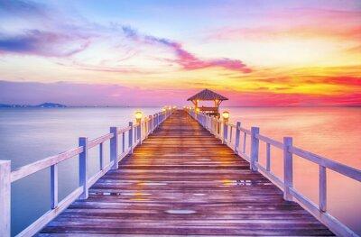 Naklejka Zalesiony most w porcie między wschodem słońca