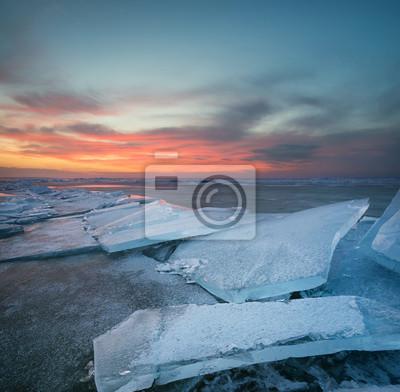 Zamarznięte morze podczas zachodu słońca. Piękny naturalny seascape w zima czasie