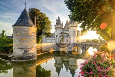 Naklejka Zamek Sully-sur-Loire w słońcu z rozbłyskiem soczewki, Francja