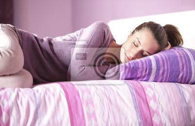 Naklejka Zamknij się atrakcyjna młoda kobieta spanie w łóżku w domu
