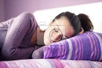 Zamknij się atrakcyjna młoda kobieta spanie w łóżku w domu