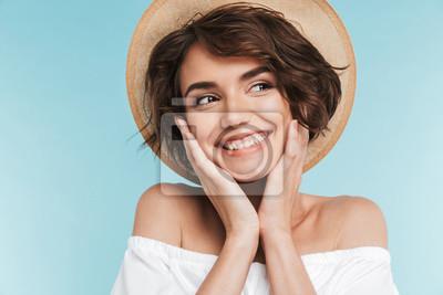 Naklejka Zamyka up uśmiechnięta młoda kobieta w lato kapeluszu